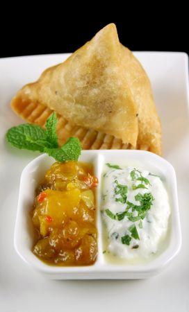chutney: India samosa con chutney de mango y yogur hierba.