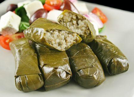 wijnbladeren: Griekse dolmades omwikkeld met wijnstokken bladeren en rijst met salade.