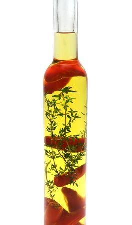 Rouge piment et le thym conserv� dans une bouteille d'huile d'olive.  Banque d'images - 2694124