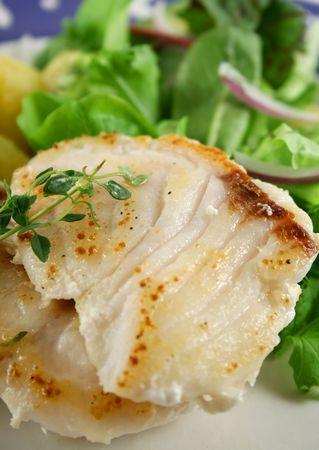 pan fried: Perch Pearl padella con pezzi d'oro di patate arrosto e insalata.