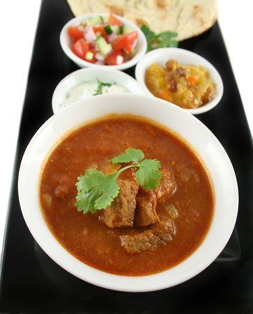 chutney: India fiesta de curry vindaloo, el pan naan, chutney de mango, pl�tano y coco, tomate y pepino.