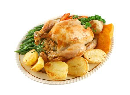 pollo arrosto: Tutto il pollo arrosto con patate, carote zucca e fagioli.  Archivio Fotografico