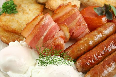 browns: Ploughmans big breakfast of sausages, bacon, eggs, hash browns, mushrooms and toast. Stock Photo