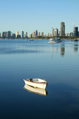 rowboat: Broadwater la Gold Coast Australia con Southport e spiaggia principale in background.