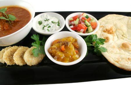 chutney: India fiesta de vindaloo curry, chutney de mango, pl�tano y coco, tomate y pepino.