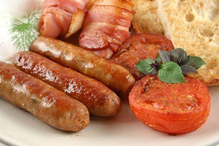 saucisse: Ploughmans big petit d�jeuner des saucisses, bacon, ?ufs, rissol�es, champignons et toast.