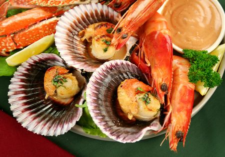 blue swimmer crab: Fresh seafood platter of cooked shrimps, sand crab and pan fried scallops with coriander with thousand island dressing.