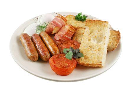 papas doradas: Ploughmans gran desayuno de salchichas, tocino, huevos, hash pardos, setas y pan tostado. Foto de archivo