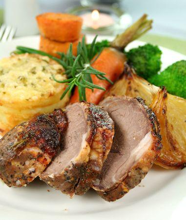 s��kartoffel: Gebackene Kartoffel-, Lamm-und Stack mit Zwiebeln, Bohnen, Brokkoli und S��kartoffel.