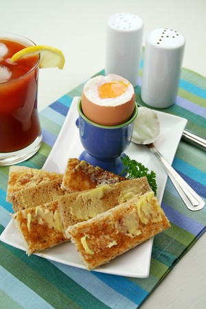 jugo de tomate: El desayuno de un huevo, pan tostado y los dedos helado fresco jugo de tomate.