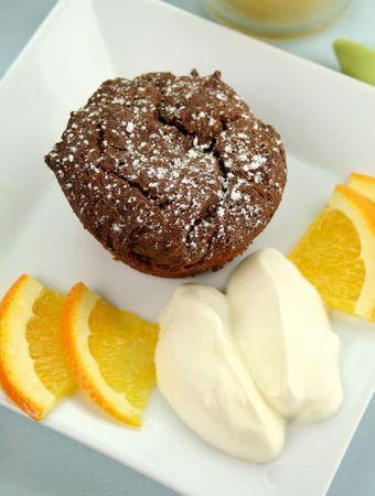 slagroom: Chocolade brownie met sinaasappel en slag room klaar om te serveren.
