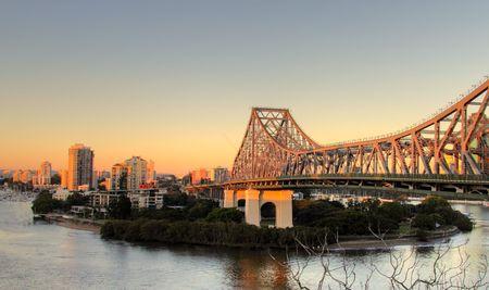 The iconic Story Bridge spanning the Brisbane River in Brisbane Australia at sunrise. Banque d'images