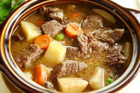 Rico estofado de carne abundante latentes y listos para servir.