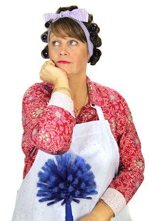 unconcerned: Totalmente aburrido frumpy ama de casa con secador de rodillos apoy�ndose en una telara�a de los sue�os m�s limpia no estar aqu�.