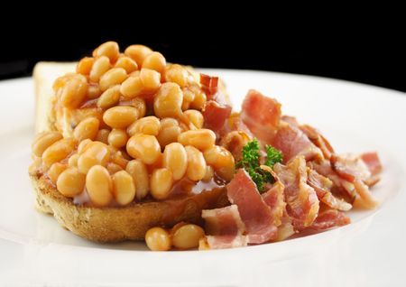 bacon baked beans: Baked beans and crispy bacon on toast for a delicious breakfast