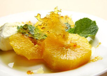 praline: Bonbon toffee met gesegmenteerde sinaasappelen en stroop. Stockfoto