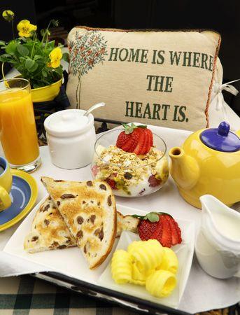 Ontbijt met thee, jus d'orange en muesli klaar om te serveren. Stockfoto
