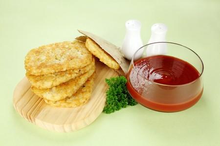 hash browns: Hash browns con ketchup e prezzemolo pronto a servire.  Archivio Fotografico