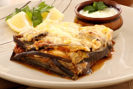 Delicious Greek moussaka with aubergine and a side garden salad. Banque d'images