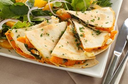 comida gourment: Deliciosa quesadilla calabaza en rodajas y listo para servir con una Ensalada jard�n.