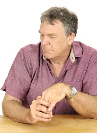 alicaído: Desanimado y deprimido hombre de mediana edad mira lejos de cámara