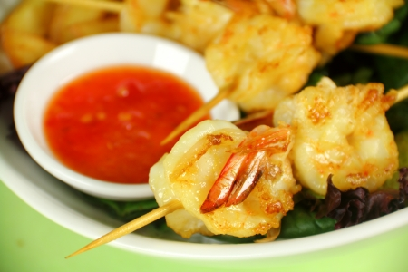 chilli sauce: Yummy fried shrimp skewers with chunky chips with sweet chilli sauce ready to serve. Stock Photo
