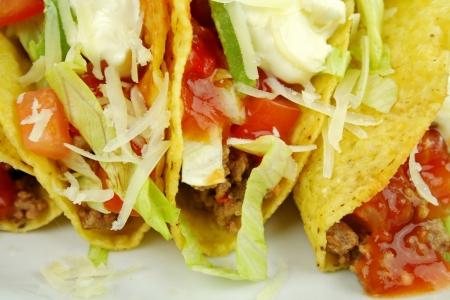 carne picada: Deliciosos tacos de carne con carne, lechuga, salsa de tomate, aguacate, rallado y crema agria.