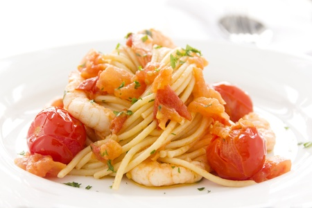 Deliziosi gamberetti freschi e spaghetti con pomodorini e prezzemolo. Archivio Fotografico
