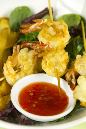 prawn skewers: Yummy fried shrimp skewers with chunky chips with sweet chilli sauce ready to serve. Stock Photo