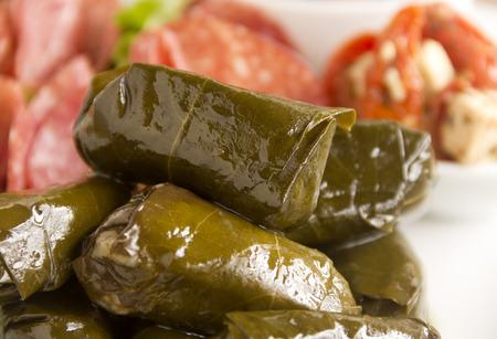 wijnbladeren: Griekse dolmades omwikkeld met wijnbladeren voorzien in een mezze schotel