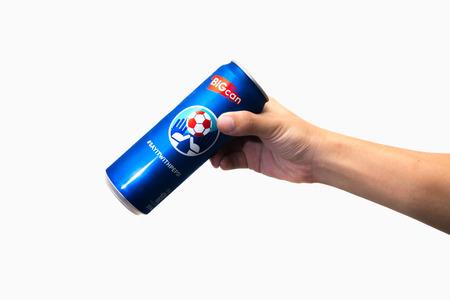 cola canette: CHIANG RAI, THAÏLANDE 2 mai 2016. La tenue d'une canette de Pepsi. Pepsi est une boisson gazeuse produite et fabriqué par PepsiCo Inc. une société américaine des aliments et des boissons multinationale. Éditoriale