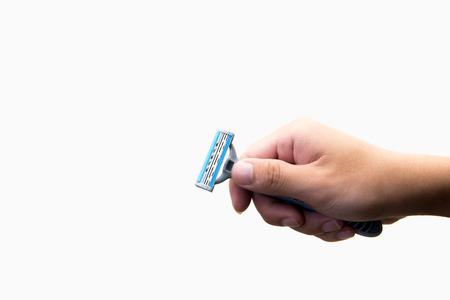 aseo personal: Mano con maquinilla de afeitar en un fondo blanco