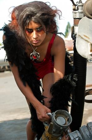 セクシーな女性の燃料ホースを処理