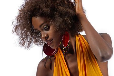 danza africana: Hermosa mujer de negro de cerca para mostrar sus tonos de piel sin defectos