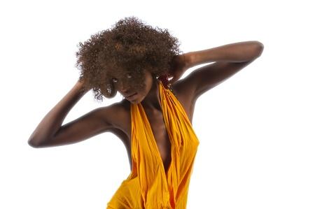 danza africana: Bella donna di colore in un top taglio basso
