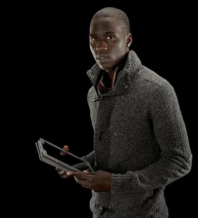 nackte brust: Schwarzer Mann die Arbeit mit einem Tablet PC