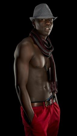 nackte brust: Casual schwarzer Mann in einem Fedora-Hut und Schal hängt heraus Lizenzfreie Bilder