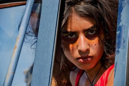 Close up Gesicht Schuss eine schöne Frau, die durch die offene Wagentür