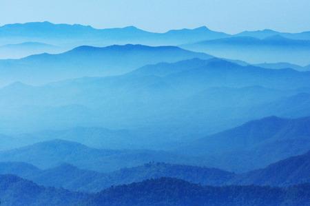 日没、チェンマイ、タイの間に山の青の色