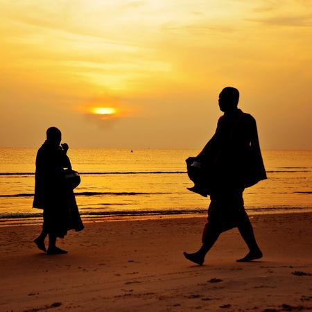 moine: Silhouette de moine promenade sur la plage, Huahin, Thaïlande