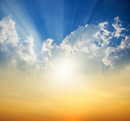 dia soleado: Puesta de sol con rayos de sol Foto de archivo