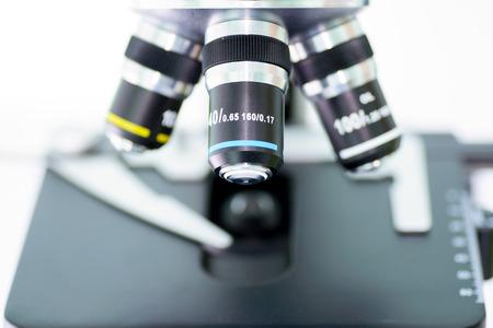 Labor-Mikroskop mit Stereo-Okular auf einem weißen Hintergrund Standard-Bild - 35967215