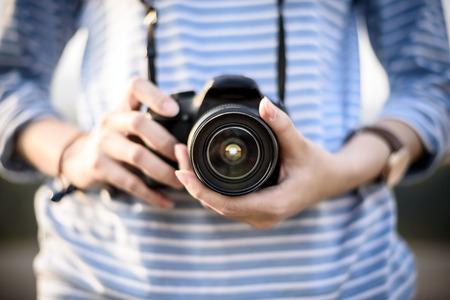 Hipster Mädchen hält die Kamera im Garten Standard-Bild - 39371743