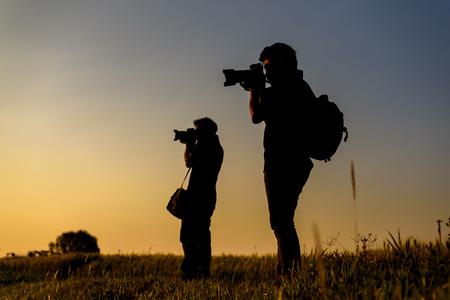 Silhouette der Fotograf während in sunset Standard-Bild - 40606133