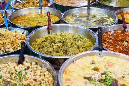 Viele Arten von Thai-Essen zu verkaufen in Straßenmarkt, Thailand Standard-Bild - 43525668