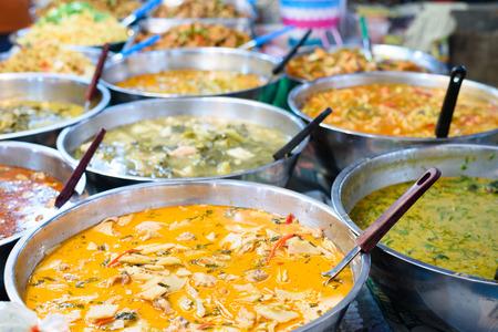 Viele Arten von Thai-Essen zu verkaufen in Straßenmarkt, Thailand Standard-Bild - 43525670