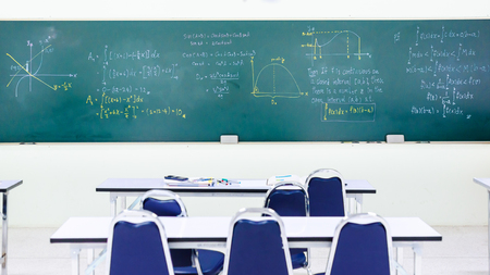 salle de classe: Blackboard dans la classe de mathématiques