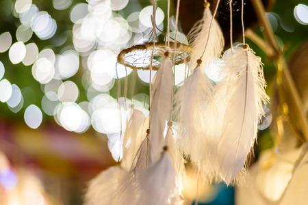 atrapasueños: soñar receptor con el fondo de las luces de bokeh en la noche