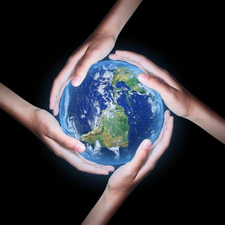 4 つの手が黒い背景、NASA から提供されたこのイメージの要素と世界を救う