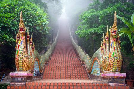 朝、チェンマイ、タイで霧の中でドイステープ寺院で寺階段